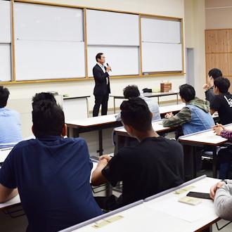 筑紫野警察署より講師を招き、留学生説明会を実施しました。